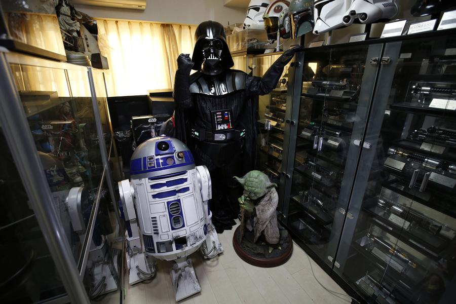 Бизнесмен Testuyuki Nakagawa, 50 лет, в костюме Дарта Вейдера, в своем доме в Токио, Япония, 24 ноября 2015.