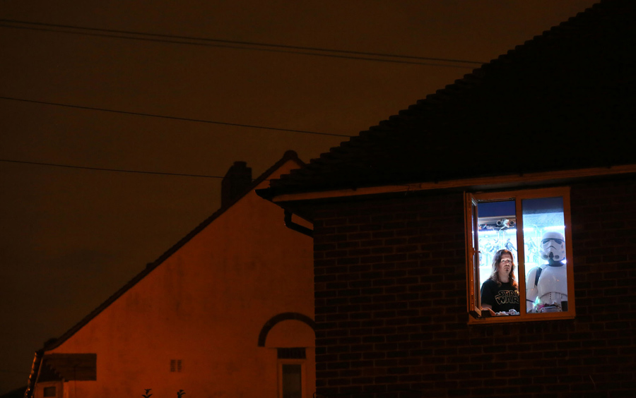 """рафический дизайнер и коллекционер """"Звездных Войн"""" Джулиан Павлин, 44 года, позирует для фотографии с Штурмовиком в натуральную величину в Южном Лондоне, 1 декабря, 2015 года."""