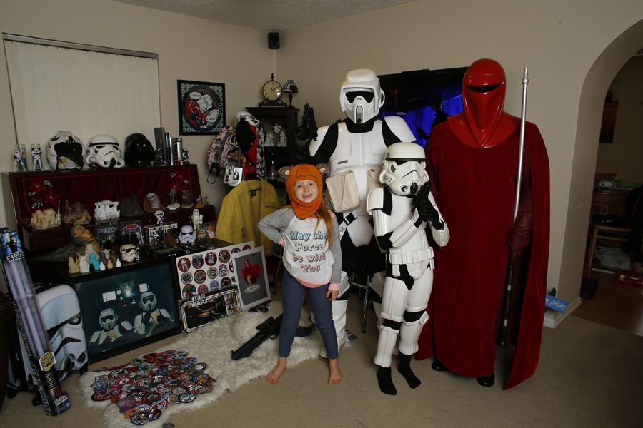 """Фанаты """"Звездных Войн"""" Крис Паллиттери, 45лет, (Скаут Трупер) с женой Кристиной, 36 лет, (Королевская Гвардия), сын Джей, 8 лет, (Штурмовик), и дочка Лили, 6 лет, (Эвок) позируют для фото в своем доме на ранчо-Кукамонга, штат Калифорния, 10 декабря, 2015. Крис начал смотреть """"Звездные войны"""" в 1977 году."""