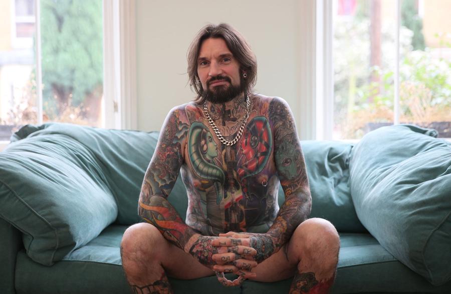 """Строитель Мэтт Уорнер, 42 года, показывает татуировки """"Звездных Войн"""" в Лондоне, 29 ноября 2015. Персонажи фильма составляют 90 процентов всех татуировок на теле Мэтта."""
