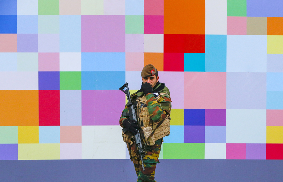 Бельгия 24 ноября 2015 года, солдат патрулирует улицу в центре города Брюссель, для обеспечения уровня безопасности после недавних терактах в Париже