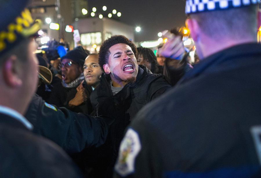Сотни протестующих вышли во вторник вечером, 24 ноября 2015 года, на улицы Чикаго, штат Иллинойс, после появления в интернете видеозаписи убийства в октябре прошлого года темнокожего подростка белым полицейским