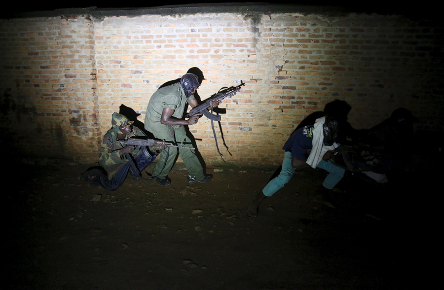 Вооруженные дружинники патрулируют центр города Бужумбура, Бурунди, 20 ноября 2015