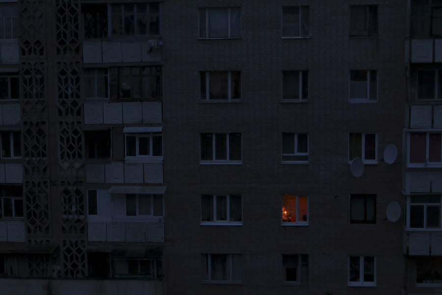 Керосиновая лампа освещает комнату в жилом доме во время отключения электроэнергии в Симферополе, Крым, 24 ноября 2015 года. Крым по-прежнему полагаться на аварийные генераторы, чтобы удовлетворить свои основные потребности в электроэнергии после того, как неизвестные диверсанты взорвали опоры ЛЭП