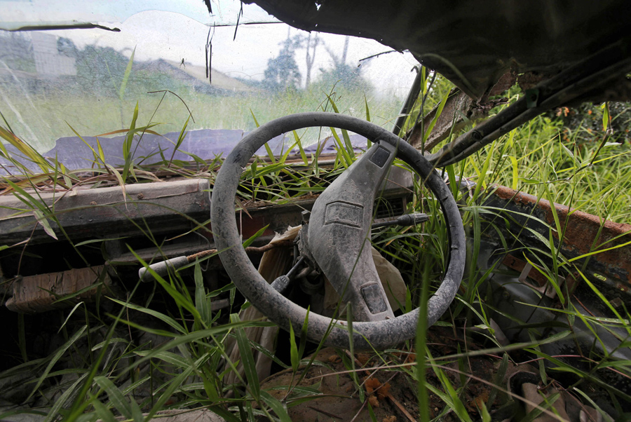 Обломки фургона заросшего растениями в Северной Суматре, 16 ноября 2015
