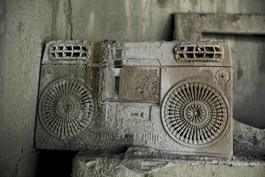Кассетный магнитофон в вулканическом пепле
