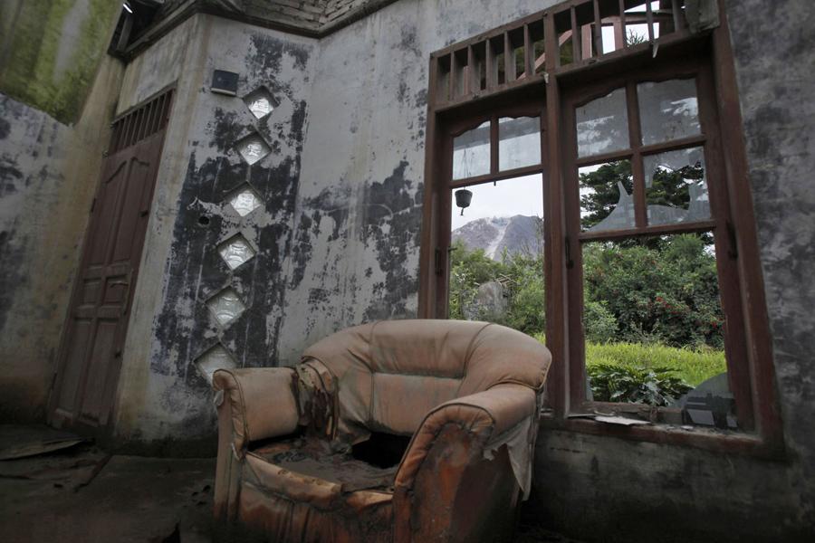 Разбитое окно в гостиной заброшенного дома, 16 ноября 2015 года