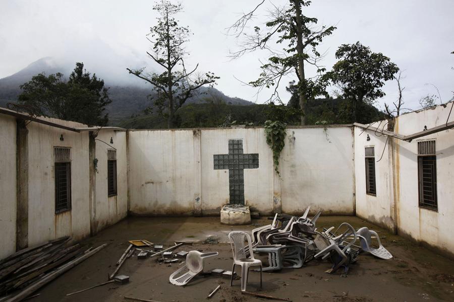 Разбросанные по церкви стулья после извержения вулкана, Индонезия, 13 ноября 2015
