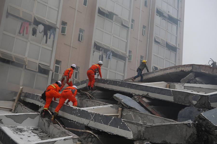 Спасатели ищут выживших под обломками рухнувших зданий, 20 декабря 2015 года в Китае.