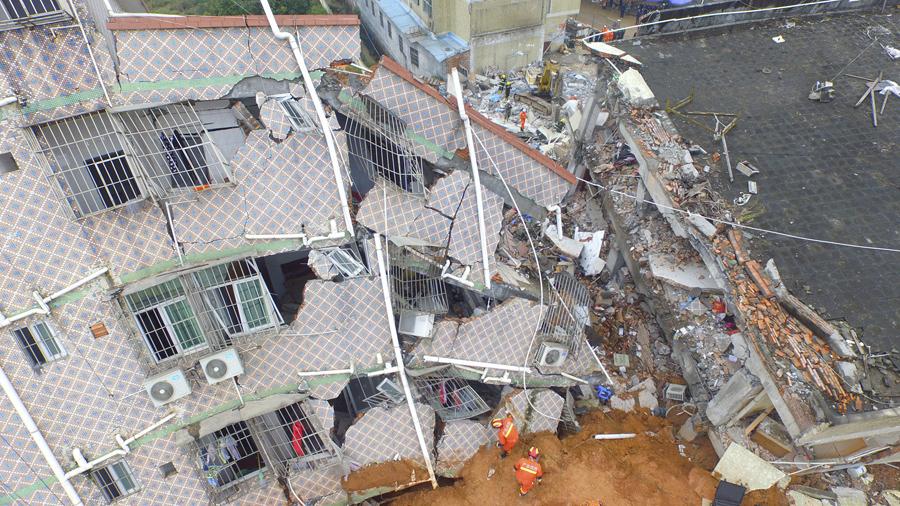 Аэрофотосъемка показывает как спасатели ищут выживших в поврежденном здании, 21 декабря, 2015.