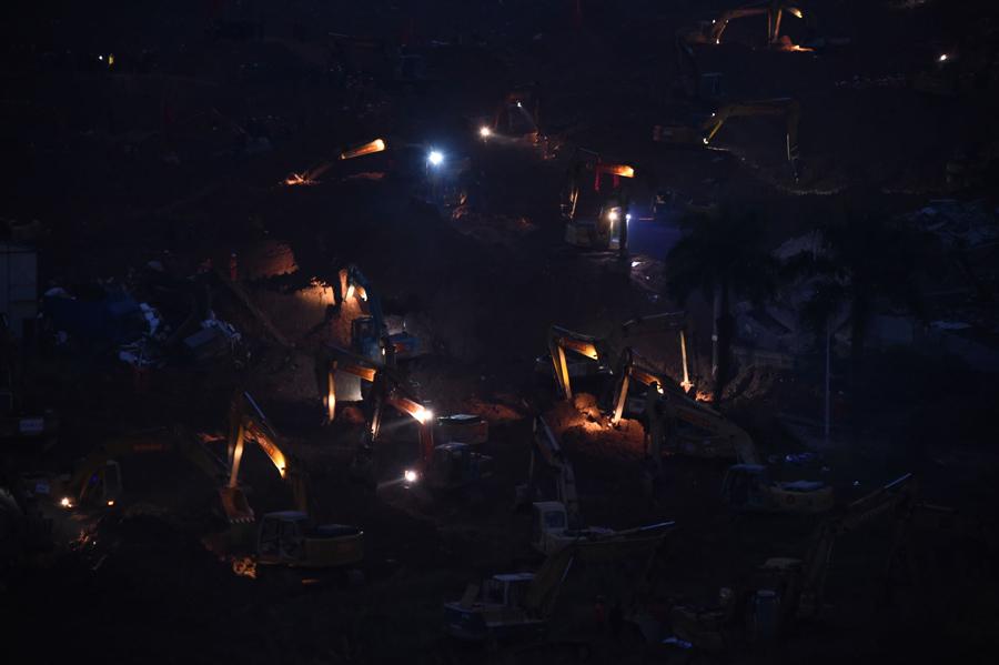 Спасатели ночью ищут выживших, 21 декабря, 2015.