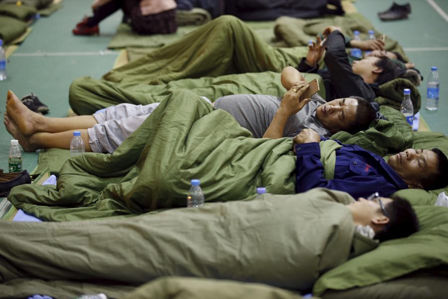 Эвакуированных отправляют в специальное место в учебном заведении где открыли приют для выживших недалеко от индустриального парка, 21 декабря, 2015 г.