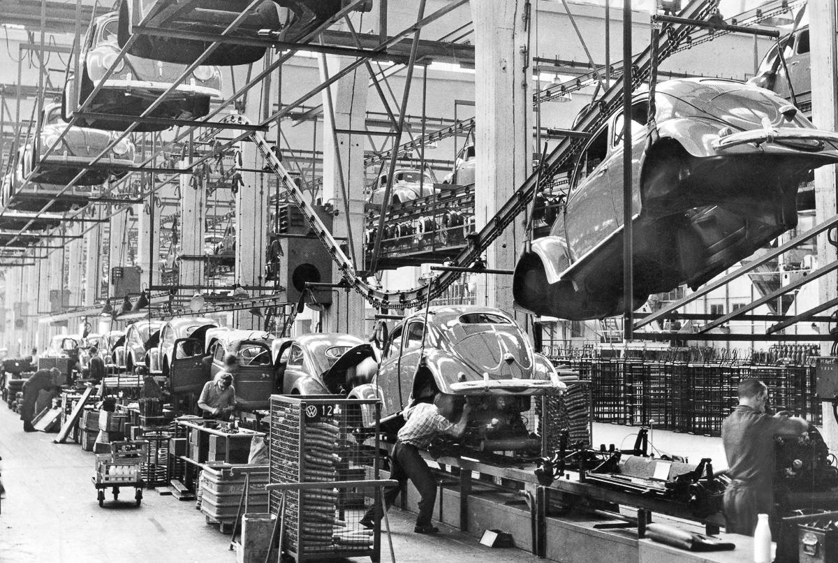 00/00/1958. View of an assembly line where BEETLE models are produced in a VOLKSWAGEN factory. Vue d'une chaîne de montage où des modèles COCCINELLE sont construits, dans une usine des fabriquants VOLKSWAGEN.