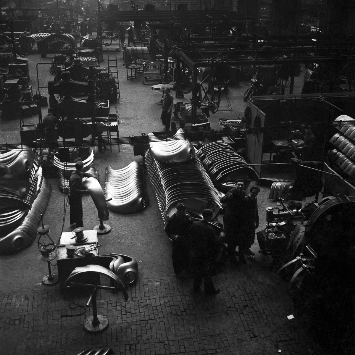 15 Dec 1952 --- General views of the production line at the volkswagen factory producing Beetle cars in Germany. December 1952 C6101-004 --- Image by © WATFORD/Mirrorpix/Corbis
