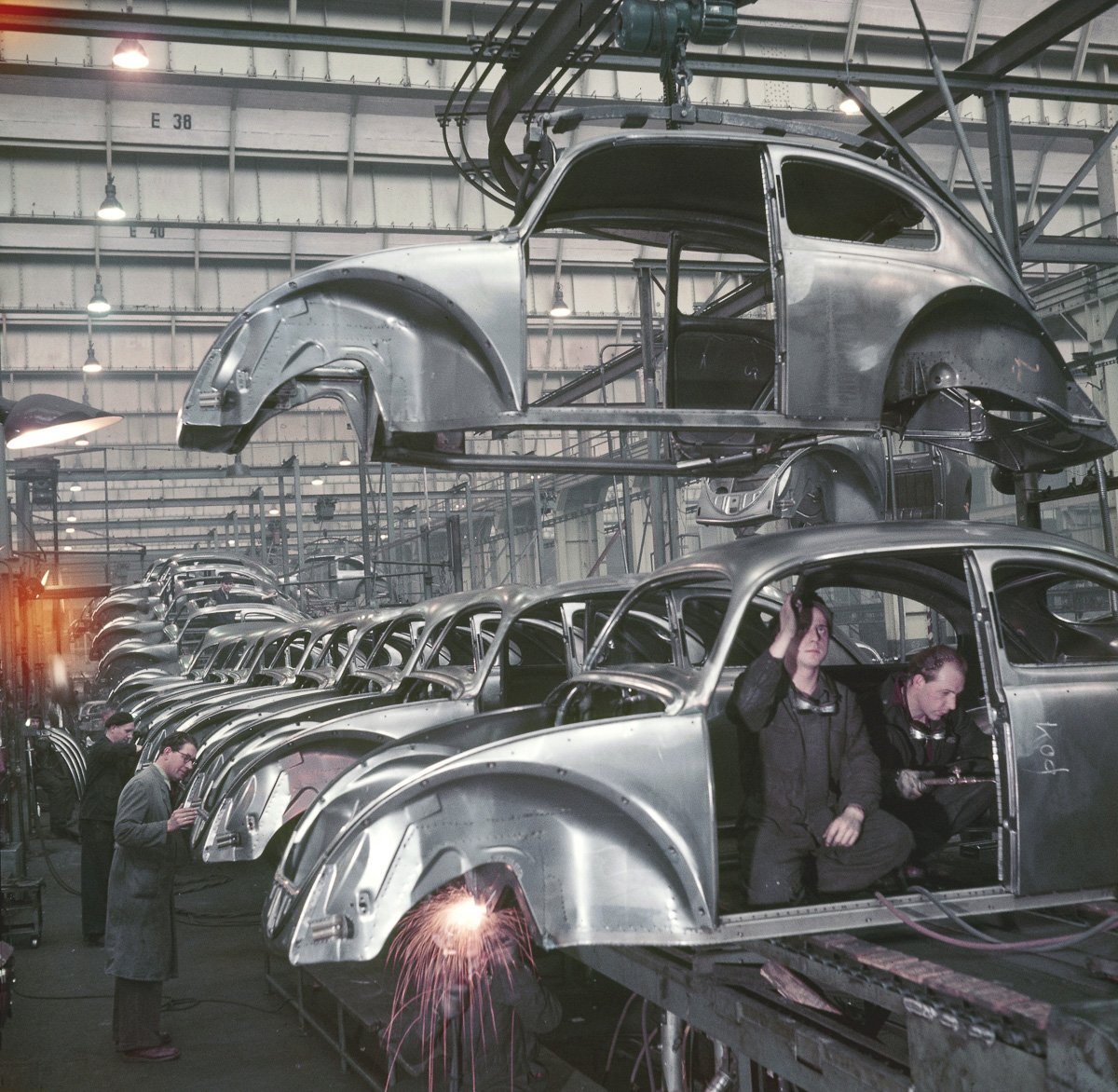 (GERMANY OUT) Germany, car industry. Economical miracle. Production of the Volkswagen Beetle at the VW plant in Wolfsburg - 1952 Picture: Wolff & Tritschler (Photo by Wolff & Tritschler/ullstein bild via Getty Images)