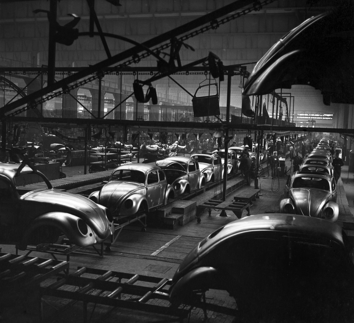 15 Dec 1952 --- General views of the production line at the volkswagen factory producing Beetle cars in Germany. December 1952 C6101-002 --- Image by © WATFORD/Mirrorpix/Corbis