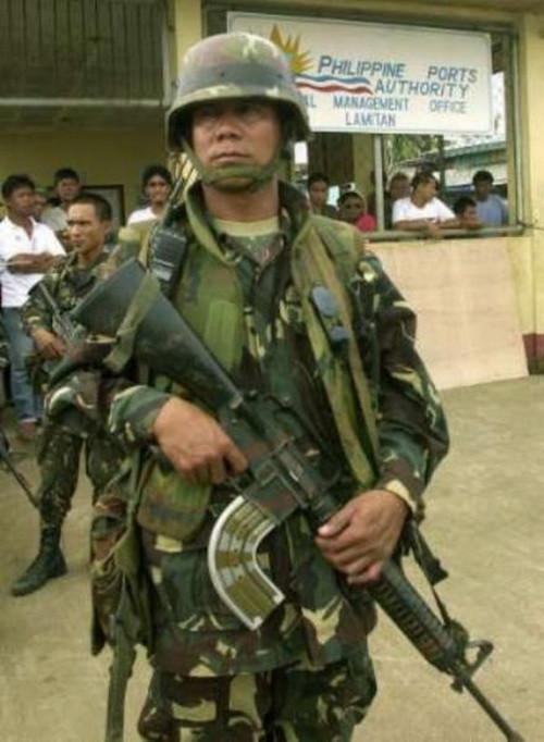 Филиппинский М-16 с загнутым магазином