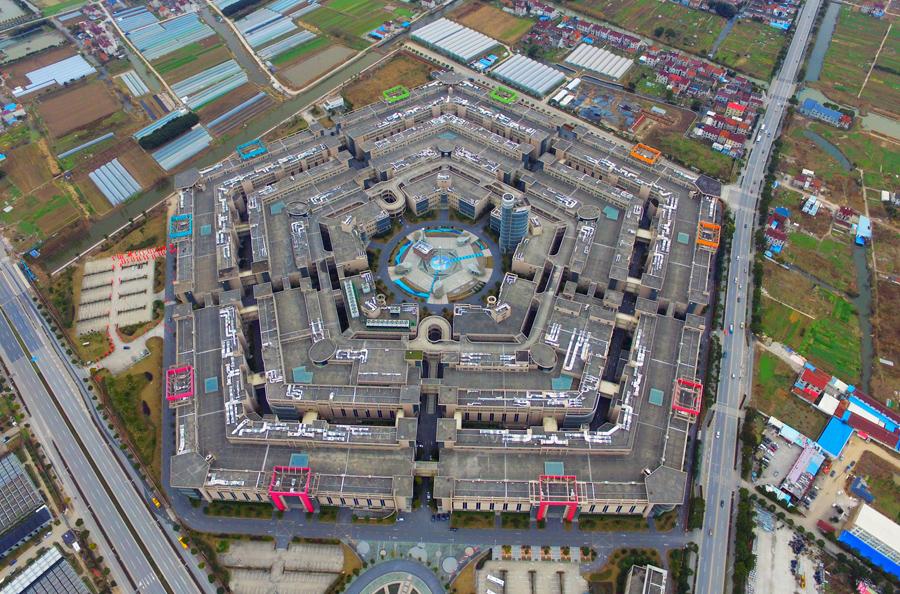 Вид с воздуха пятиугольного здания, 20 января 2016 года в Шанхае, Китай. Пятиугольный рынок в Шанхае, напоминает Пентагон в США, общей площадью около 500.000 квадратных метров.