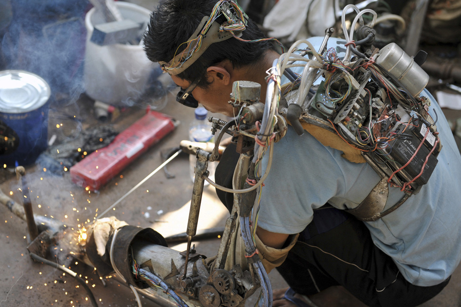 Механик Таван, варит искуственной рукойl в Бали, Индонезия, 21 января, 2015.