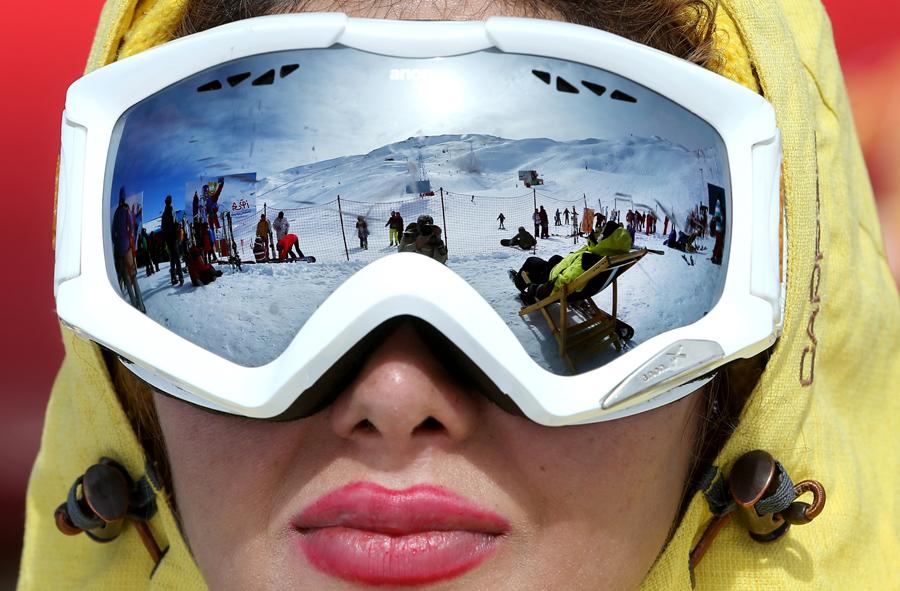 Иранские лыжники на горнолыжном курорте Дизин, 72 км. к северу от столицы Тегеран, Иран, 15 января 2016. Каждые выходные, курорт в горной цепи Эльбурс, к северу от Тегерана, привлекает сотни лыжников из столицы и других городов.