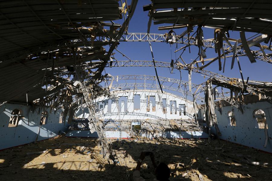 Вид разрушенного спортивного зала в Саудовской Аравии после авиаударов в столице Йемена, Сане, 19 января, 2016.
