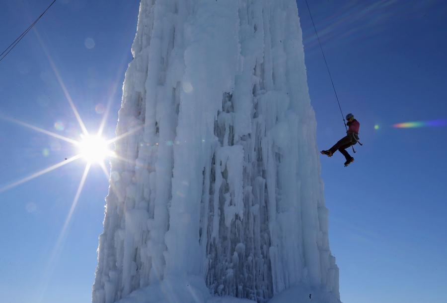Альпинист спускается по веревке в городе Сидар-Фоллс, штат Айова, 17 января 2016.