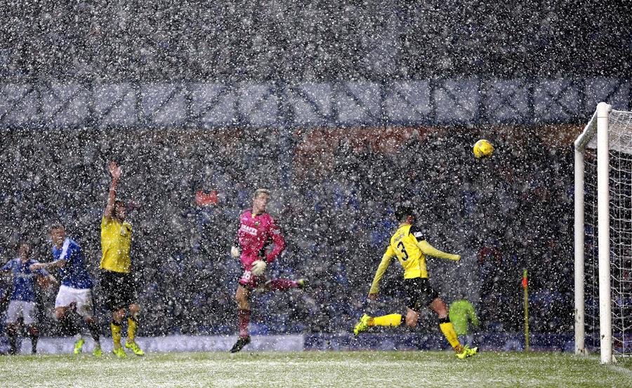 """Снегопад во время футбольного матча чемпионата Шотландии на стадионе""""Айброкс"""",16 января 2016 года."""