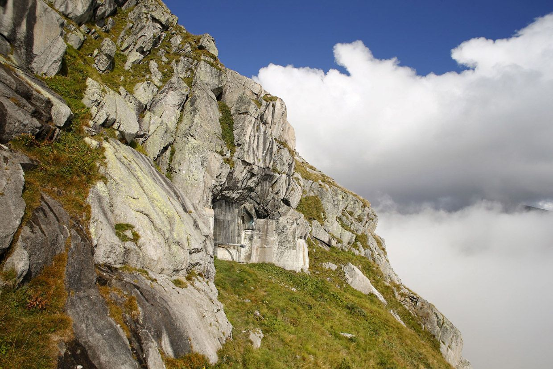 Бывшая артиллерийская крепость в скале Сен-Готарда. Даже дуло пушки все еще торчит.