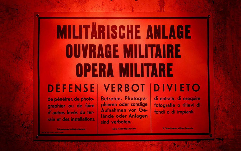 """На плакате написано: """"военный объект. Вход и фотографирование запрещены. """" Крепость Сассо да Пиньи на Сен-Готард."""