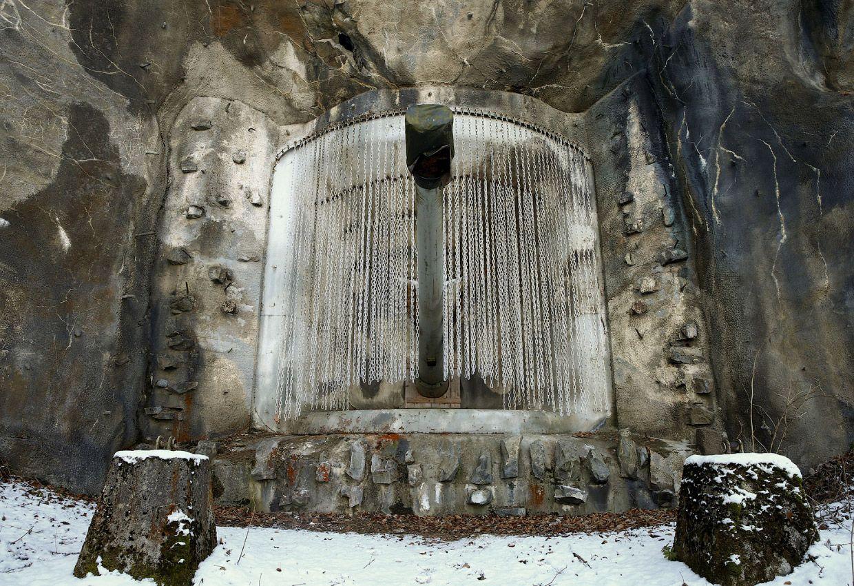 Замаскированный артиллерийский Форт в скале.