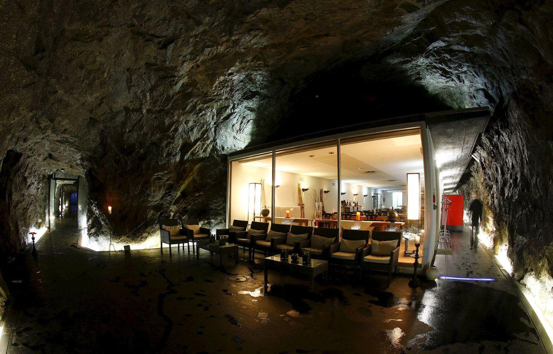 Отель в бывшем швейцарском бункере в Сен-Готард, Швейцария.