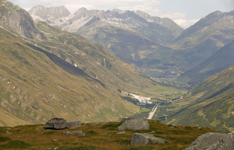 Замаскированные пушки в швейцарских Альпах.  Работали эти объекты в 1943-1993 г.
