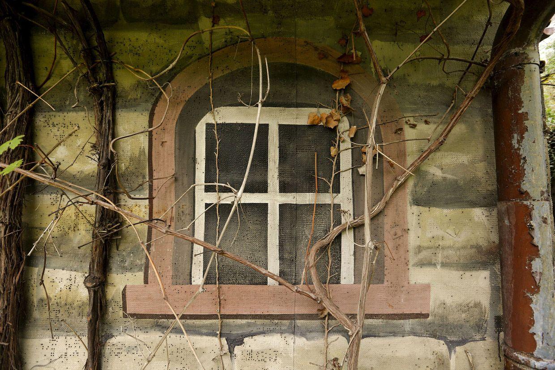 Кажется что это дом, но на самом деле это бывший военный секретный бункер в городе Дуггинген, Швейцария, 19 августа 2015.