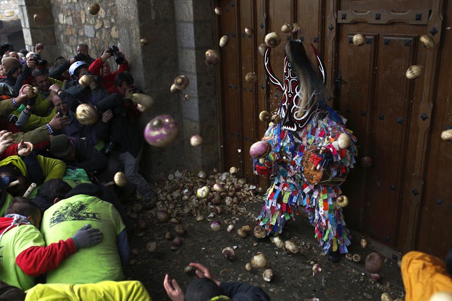 """Сотни людей бежали по улицам крохотного городка на юго-западе Испании, преследуя причудливо одетого""""вора"""" и закидывали его с репой."""