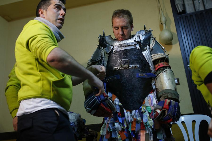 30 летний Армандо Висенте (Armando Vicente), одевается в бронированный костюм прежде чем он пройдет через улицы города, Испания, 20 января 2016.