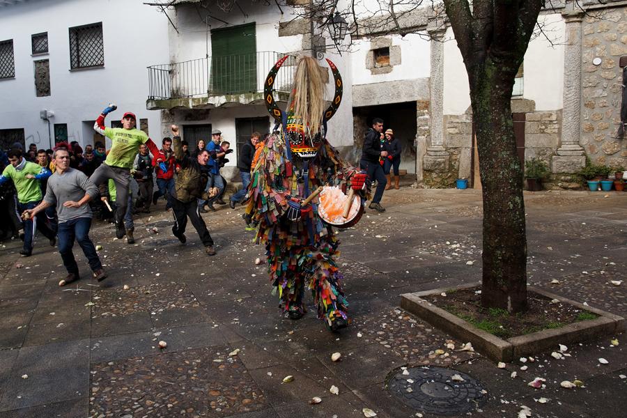 """Люди начали кидаться репой а """"вор""""стучит в бубен, 20 января 2016 года."""