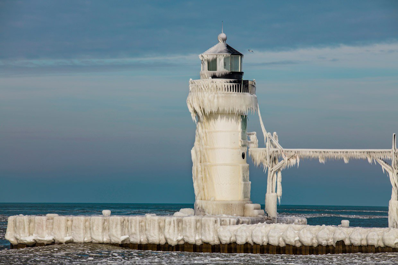 Когда температура опускается ниже нуля, а на озере Мичиган бушует шторм, находящиеся 9-10 метр маяки превращаются в гигантские сосульки.