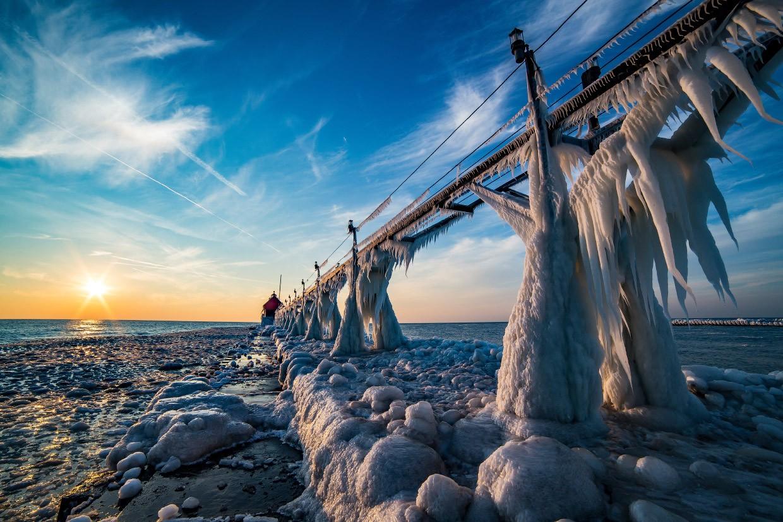 Замерший мост к маяку.