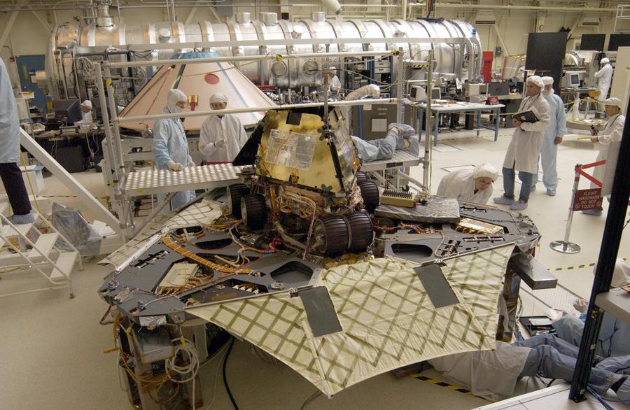 Рабочим остались последние штрихи на двух новых марсоходов в лаборатории реактивного движения НАСА, 10 февраля 2003 года в Пасадене, Калифорния. Идентичные роботы - разведчики будут искать доказательства жидкой воды в двух отдельных областях Красной планеты.