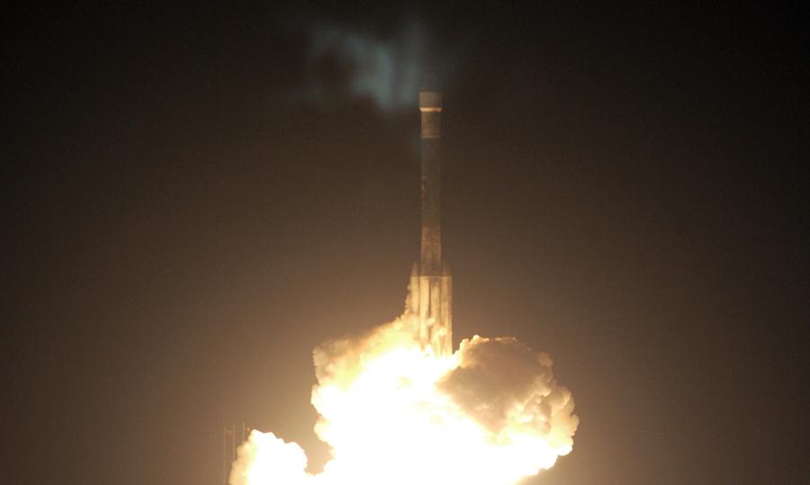 7 июля 2003 года, стартовый комплекс 17-Б, Кейп Канаверал, Флорида, Дельта-II грузовой ракетоноситель взлетает, неся марсоход Opportunity к Марсу.