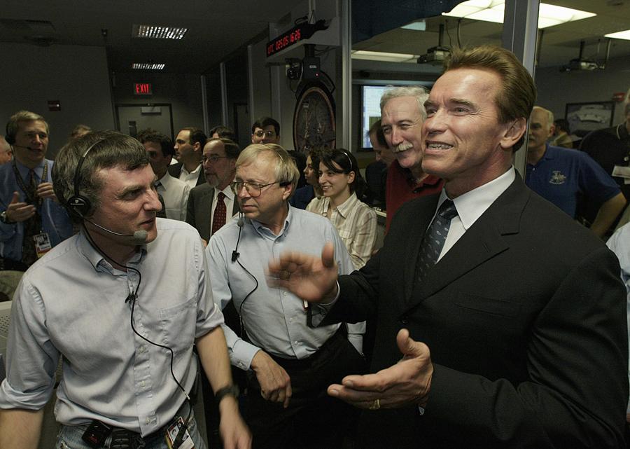 Губернатор Калифорнии, Арнольд Шварценеггер и главный исследователь в центре управления полетами в НАСА в Пасадене, Калифорния, 24 января 2004 года после удачной посадки «Оппортьюнити» на Марсе.
