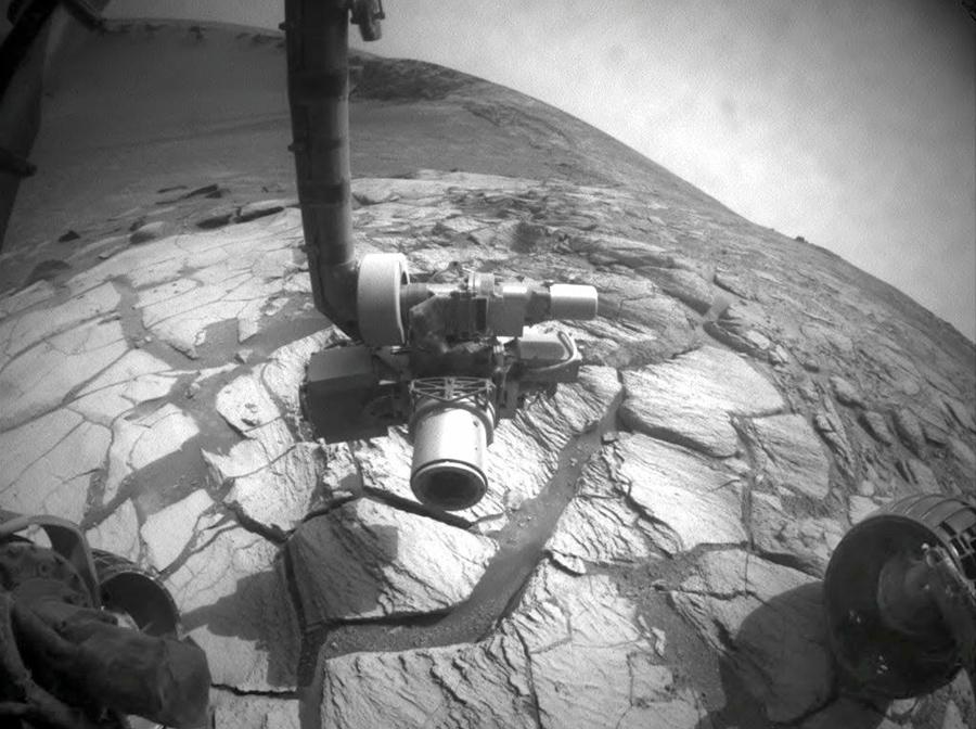 Фотография сделанная марсоходом показывает широкий угол обзора вниз и поперек кратера
