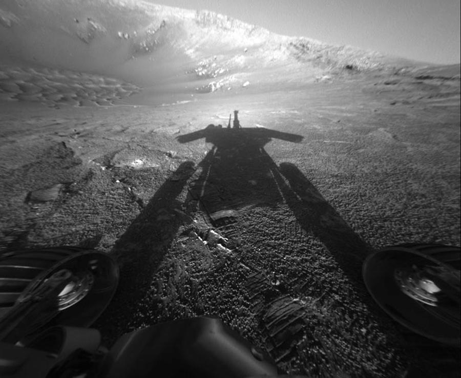 Тень от марсохода НАСА «Оппортьюнити» простирается по поверхности Марса, 26 июля, 2004 года.