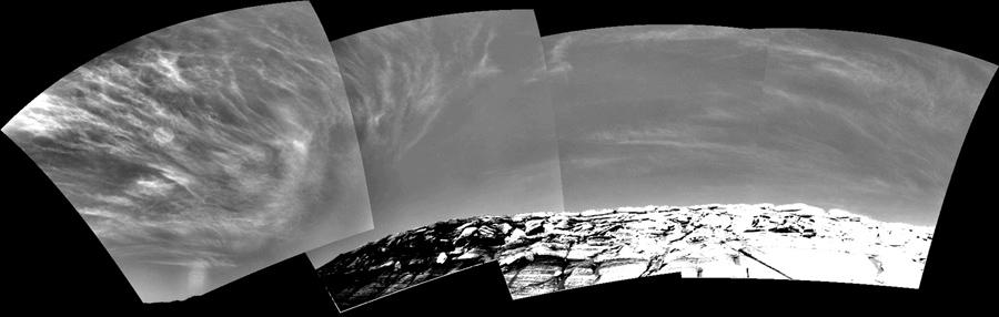 Появление облаков в Марсианском небе над Кратером в эту мозаику, около 9:30 утра, 16 ноября 2004. Эти облака являются частью которая образуется вблизи экватора, когда Марс находится в определенной части своей орбиты которая наиболее удалена от Солнца.