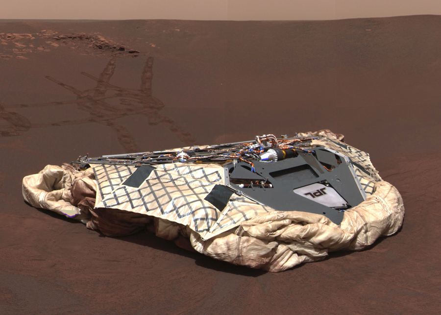 """Изображение полученное панорамной камерой на борту марсохода «Оппортьюнити» показывает пустой посадочный модуль: """"Челленджер"""", Меридиани Планум, Марс, 27 февраля, 2004."""