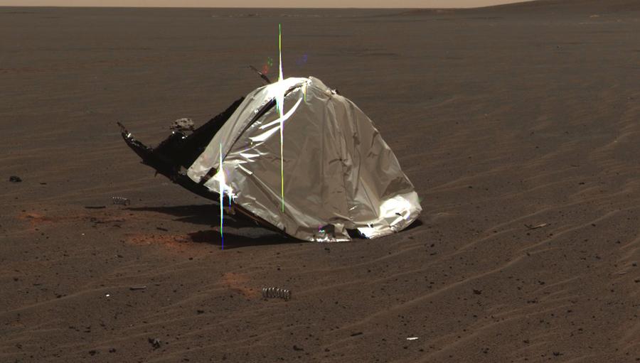 Остатки теплового щита который защищал Ровер от температуры до 1090 градусов по Цельсию, когда он входил в марсианскую атмосферу.