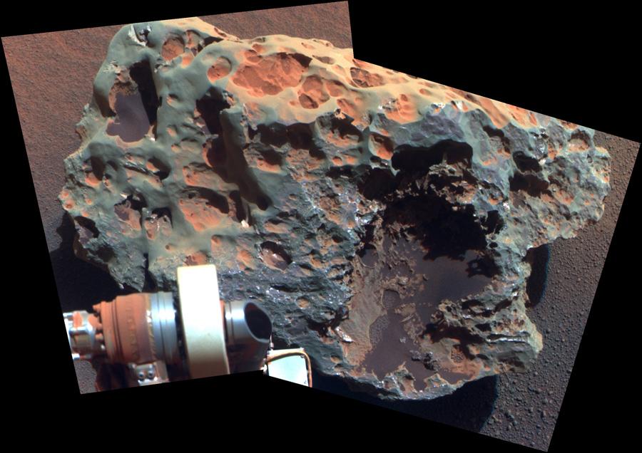 Метеорит, альфа-частицы спектрометра рентгеновского снимка подтвердил, что он богат железом и никелем. Образование составляет около 60 сантиметров в диаметре.
