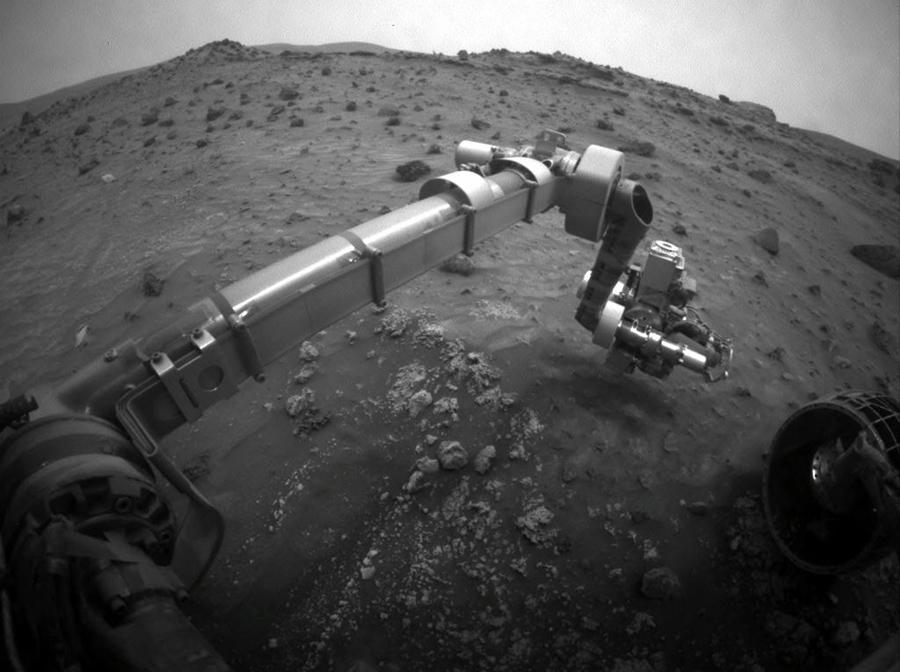 Другой марсоход Спирит застрял в мягкой почве в конце 2009 года, и его последняя связь с Землей была отправлена 22 марта 2010 года.