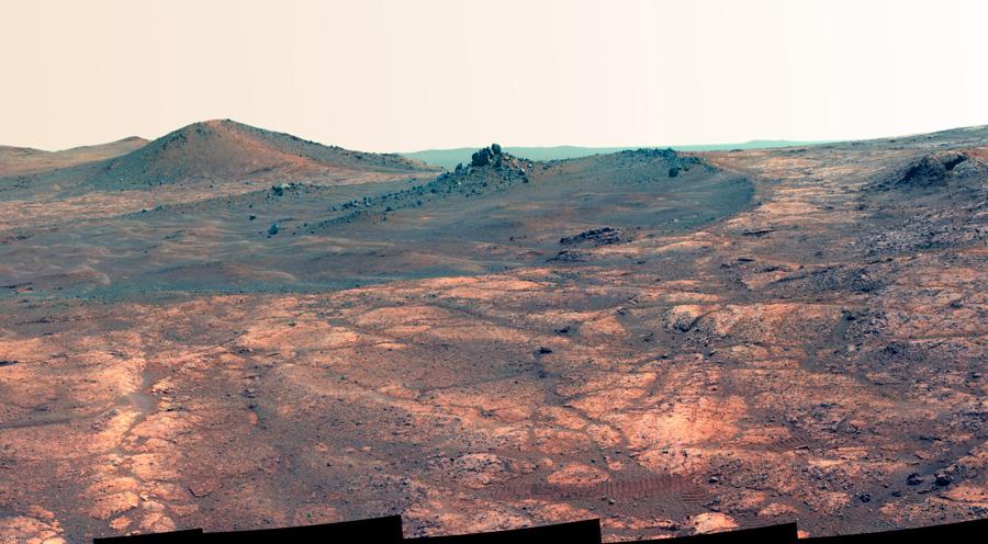 """Вытянутый кратер, называемый """"дух Сент-Луиса"""", фотография сделана в конце марта 2015 года показывает неглубокий кратер 34 метров в длину и около 24 метров в ширину."""