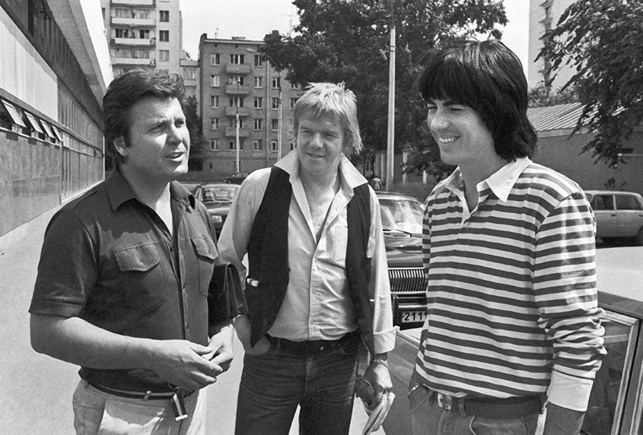 """Лев Лещенко беседует с французскими музыкантами группы """"Space"""" Яном Лозетом и Дидье Маруани, 1983 год."""